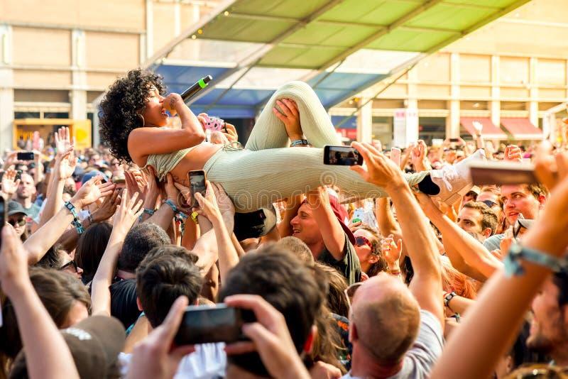 La banda de princesa Nokia se realiza con la muchedumbre en concierto en el festival del sonar fotos de archivo libres de regalías