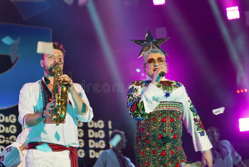 La banda de Verka Serduchka se realiza en el festival del fin de semana del atlas Kiev, Ucrania foto de archivo libre de regalías