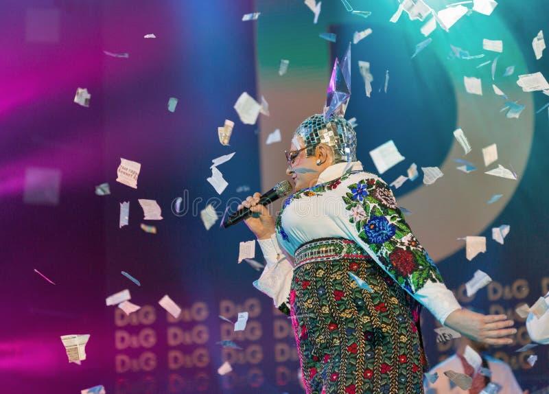 La banda de Verka Serduchka se realiza en el festival del fin de semana del atlas Kiev, Ucrania foto de archivo
