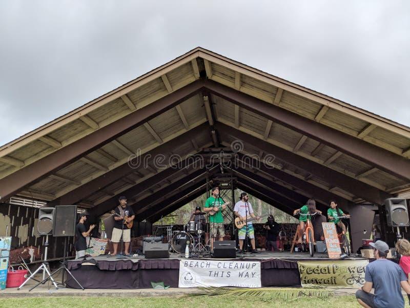 La banda gioca in scena al festival di giornata per la Terra immagini stock libere da diritti