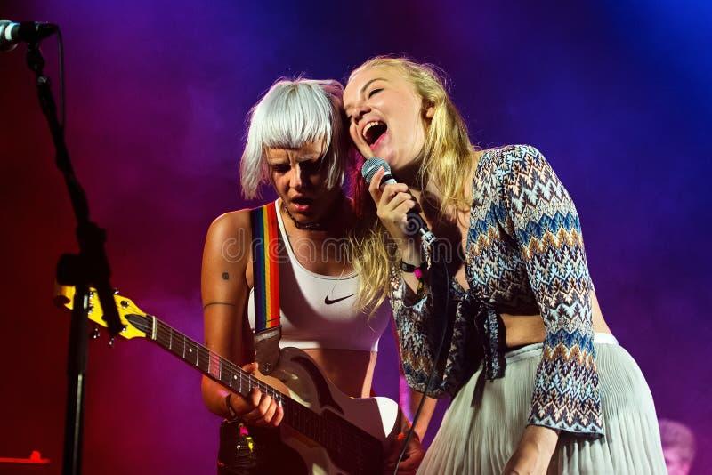 La banda ideal de la música de las muchachas de la esposa se realiza en concierto en el festival de la BOLA fotografía de archivo libre de regalías