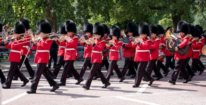 La banda militar que pertenece al Coldstream guarda marchar abajo de la alameda durante la marcha el desfile militar del color, L fotografía de archivo libre de regalías