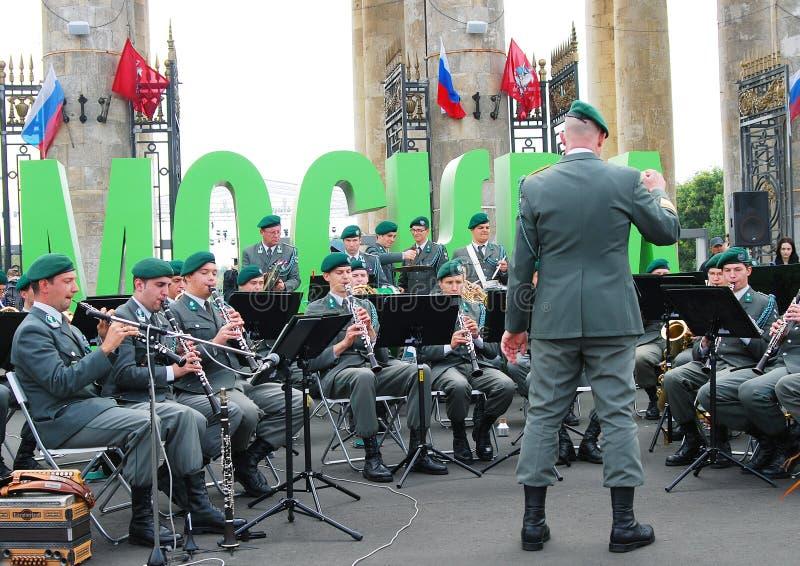 La banda militare Tirolo (Austria) esegue a Mosca immagini stock
