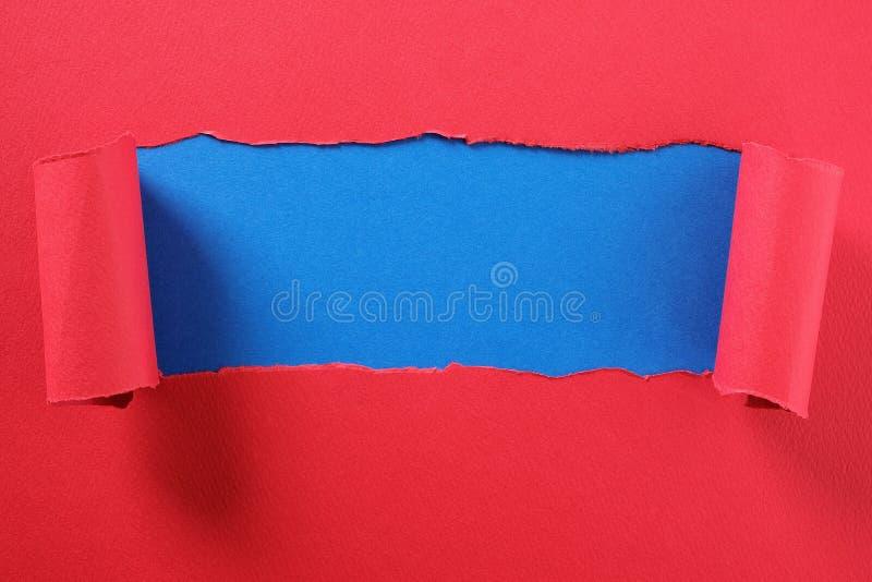 La bande de papier rouge déchirée a courbé l'espace bleu de indication de copie de fond de centre de bord photos libres de droits