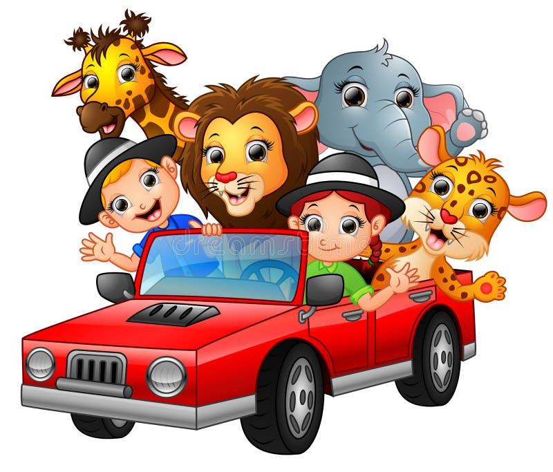La bande dessinée badine conduire une voiture rouge avec les animaux sauvages illustration libre de droits
