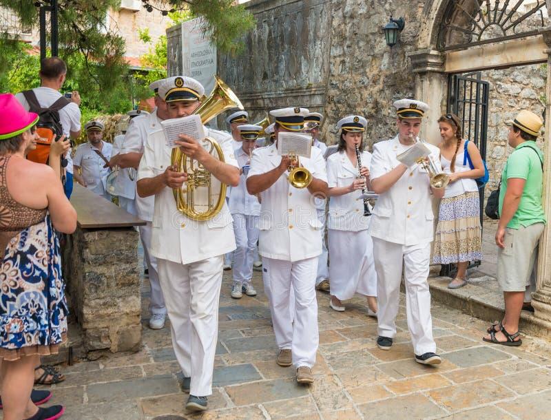 La bande en laiton marine passe par les rues de Budva en vacances de trinité de St image libre de droits