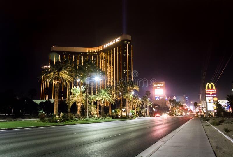 La bande et l'hôtel et le casino de baie de Mandalay la nuit - Las Vegas, Nevada, Etats-Unis photos libres de droits