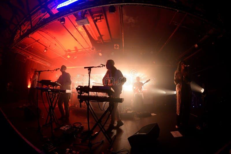 La bande indépendante de trouille d'âme de jungle exécutent de concert au club de clinquant images stock