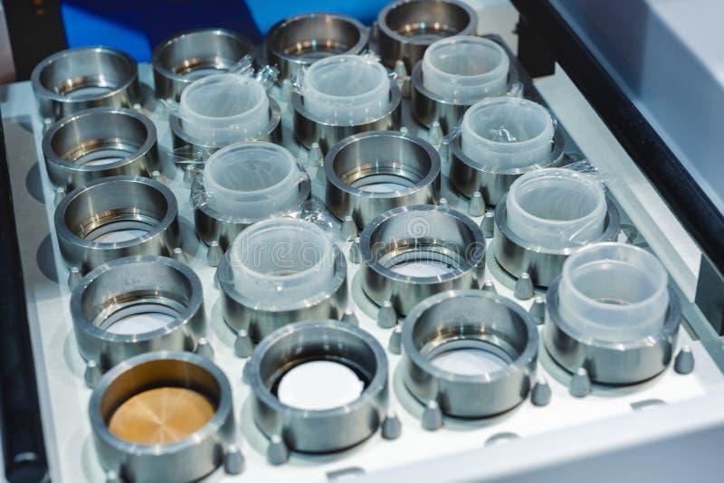La bandeja con el metal suena, un fragmento del equipo de laboratorio fotos de archivo