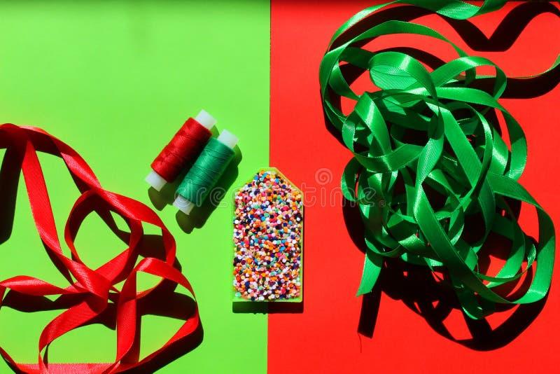 La bandeja de la costura se llena de las gotas coloridas con las cintas y los hilos imágenes de archivo libres de regalías