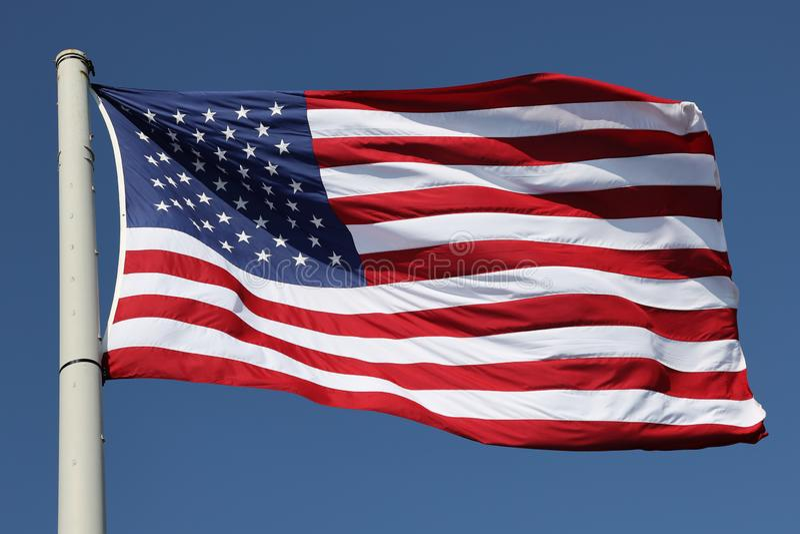 La bandera americana en el viento foto de archivo
