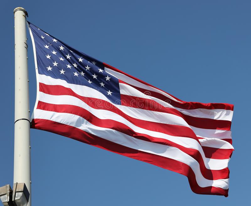 La bandera americana en el viento imagen de archivo libre de regalías