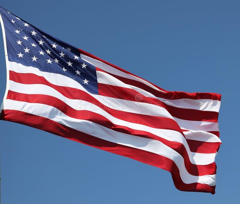 La bandera americana en el viento fotos de archivo
