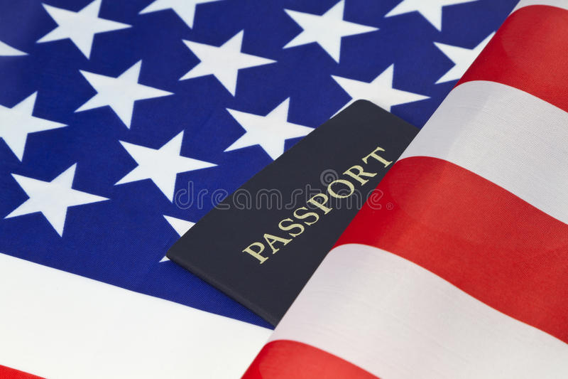La bandera americana y el pasaporte reflejan el orgullo de la ciudadanía imagen de archivo