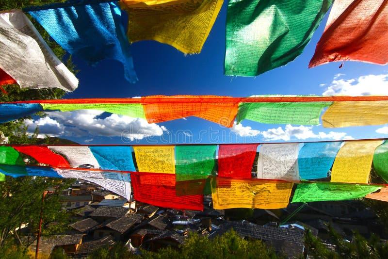 La bandera colorida del rezo en Shangri-La, conocido antes como condado de Zhongdian, es la capital de la prefectura autónoma de  fotos de archivo libres de regalías