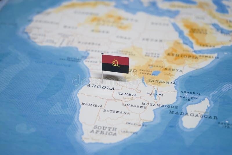 La bandera de Angola en el mapa del mundo imagen de archivo libre de regalías