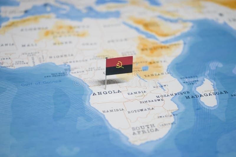 La bandera de Angola en el mapa del mundo foto de archivo