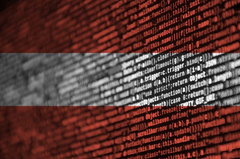 La bandera de Austria se representa en la pantalla con el código de programa El concepto de desarrollo moderno de la tecnología y foto de archivo libre de regalías