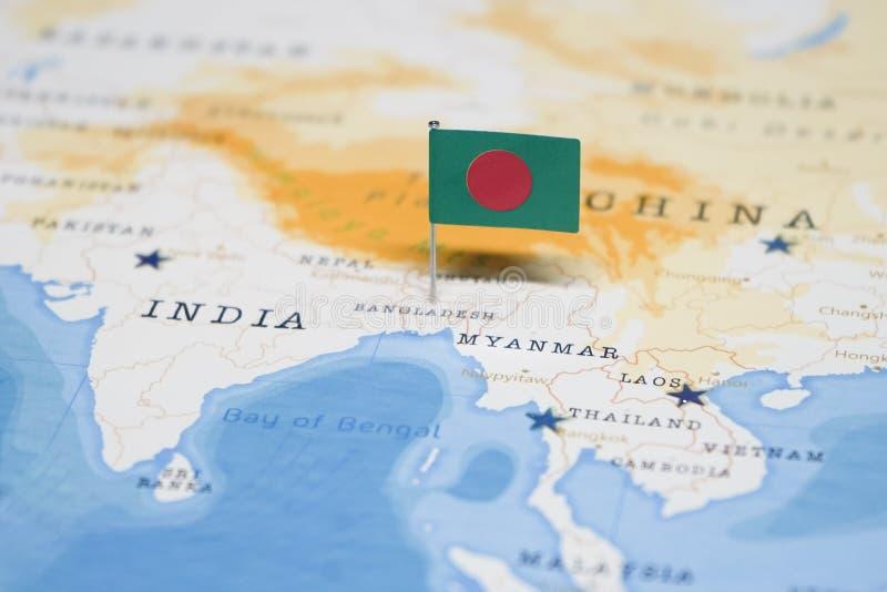 La bandera de Bangladesh en el mapa del mundo foto de archivo libre de regalías