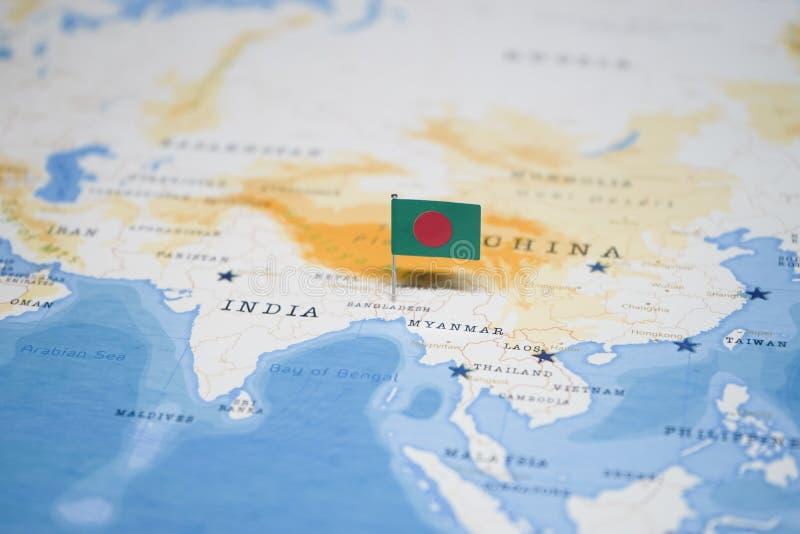 La bandera de Bangladesh en el mapa del mundo imagen de archivo libre de regalías
