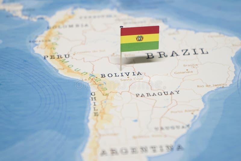 La bandera de Bolivia en el mapa del mundo imagenes de archivo