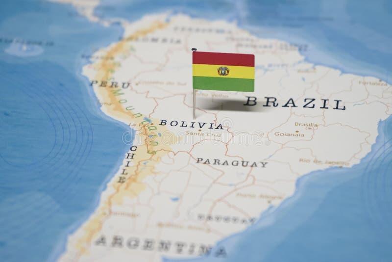 La bandera de Bolivia en el mapa del mundo imágenes de archivo libres de regalías