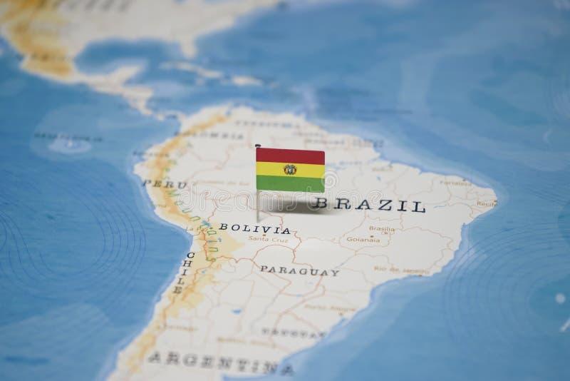 La bandera de Bolivia en el mapa del mundo imagen de archivo