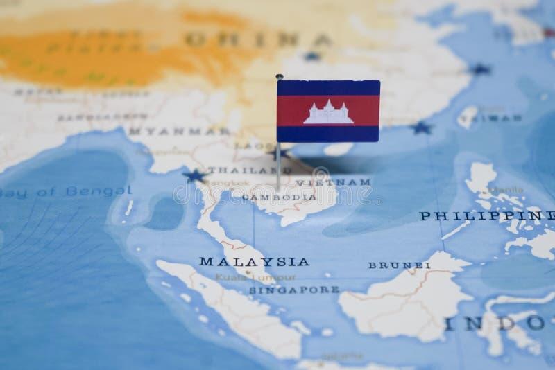 La bandera de Camboya en el mapa del mundo imágenes de archivo libres de regalías