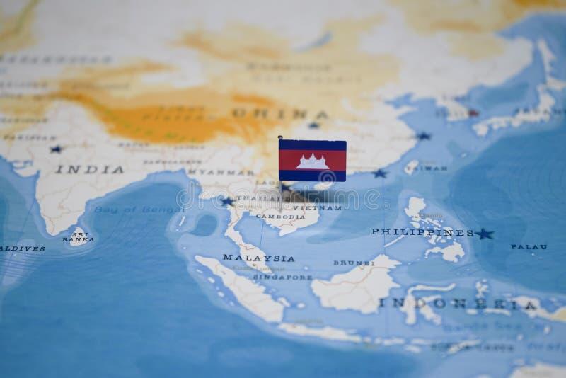 La bandera de Camboya en el mapa del mundo imagenes de archivo