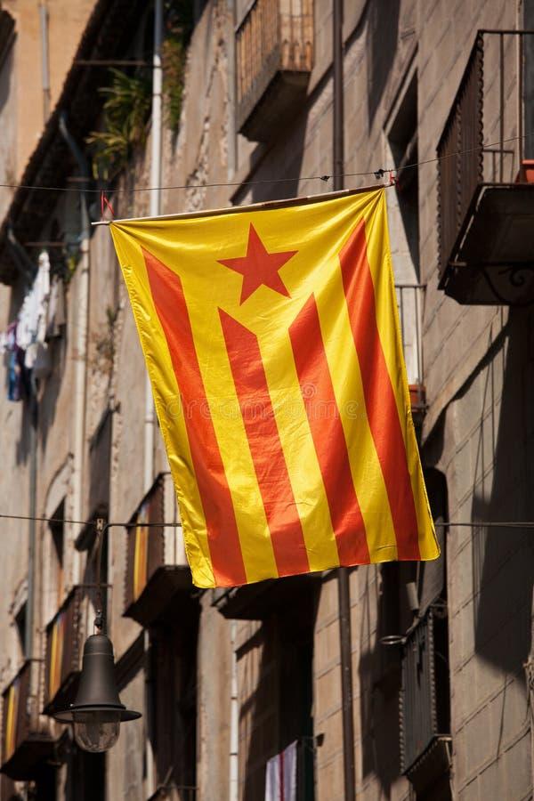 La bandera de Cataluña fijó en la calle de la ciudad imágenes de archivo libres de regalías