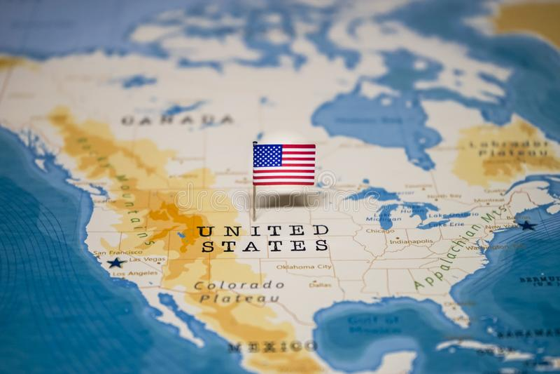 La bandera de Estados Unidos en el mapa del mundo imágenes de archivo libres de regalías