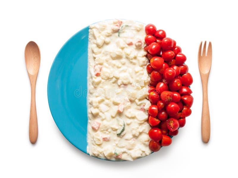 La bandera de Francia hizo del tomate y de la ensalada imagenes de archivo