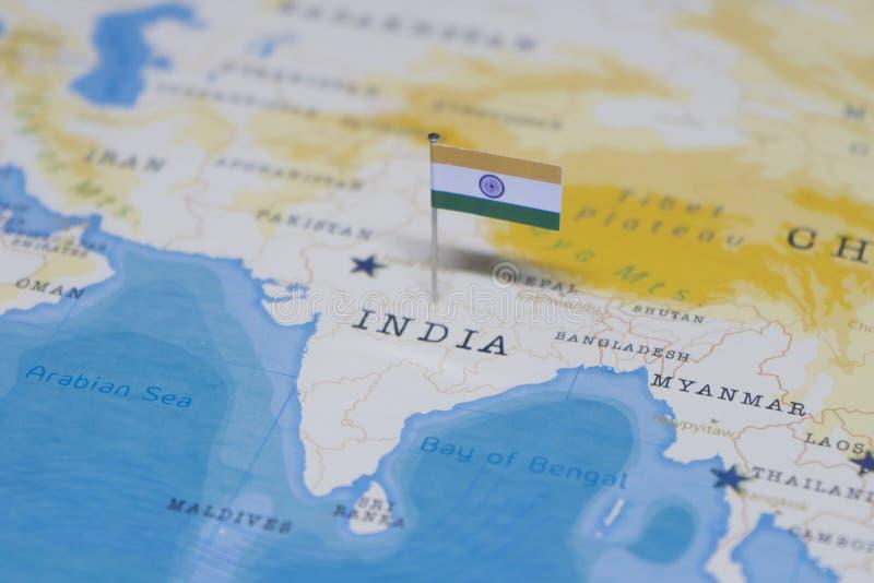 La bandera de la India en el mapa del mundo imágenes de archivo libres de regalías