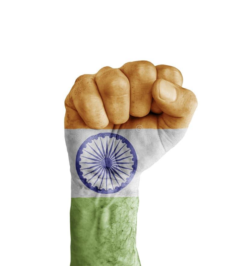 La bandera de la India pintó en el puño humano como símbolo de la victoria imagenes de archivo
