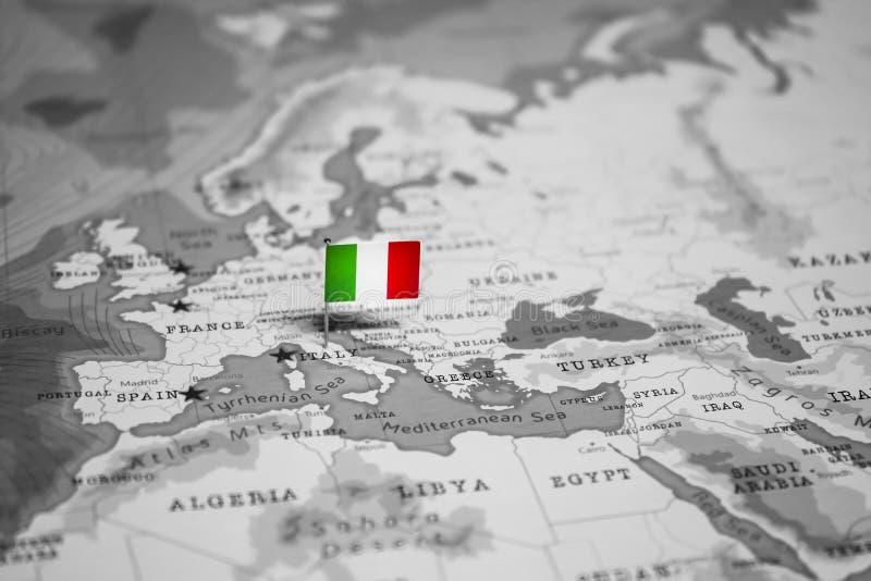 La bandera de Italia en el mapa del mundo fotos de archivo libres de regalías