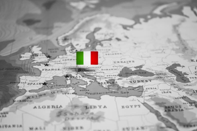 La bandera de Italia en el mapa del mundo fotos de archivo