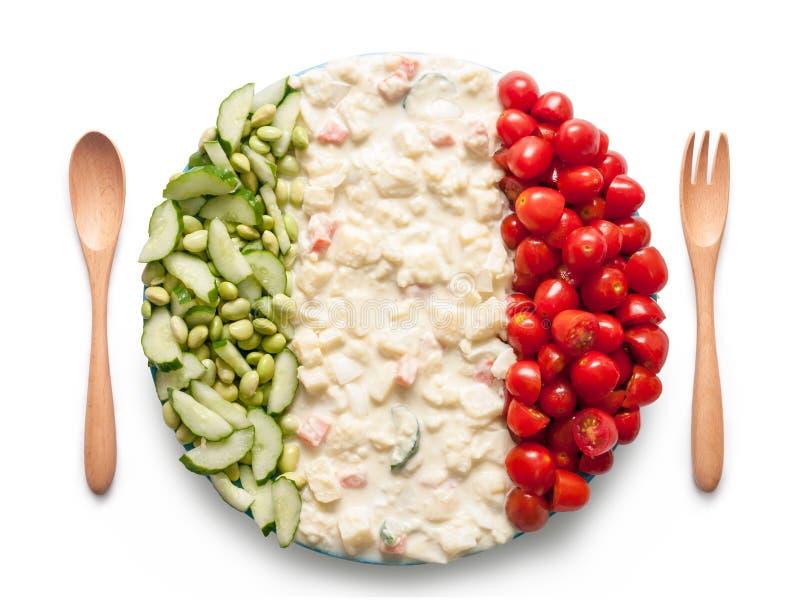 La bandera de Italia hizo del tomate, de guisantes y de ensalada imagen de archivo