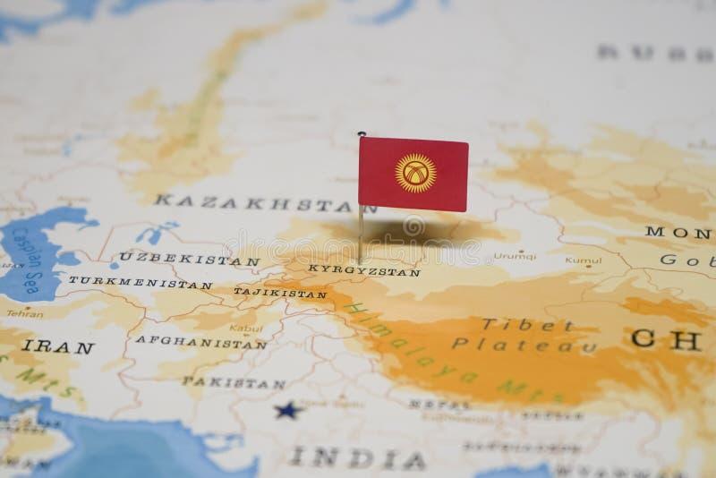La bandera de Kirguistán en el mapa del mundo fotografía de archivo libre de regalías