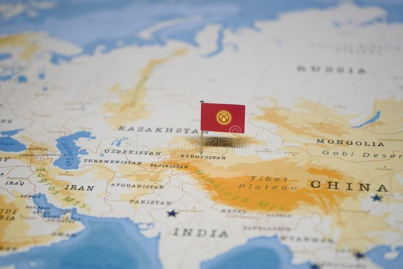 La bandera de Kirguistán en el mapa del mundo imagenes de archivo