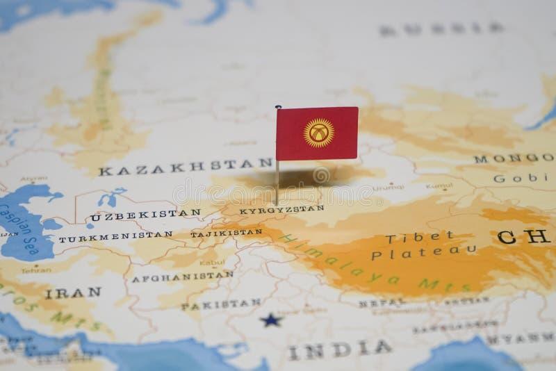 La bandera de Kirguistán en el mapa del mundo foto de archivo libre de regalías