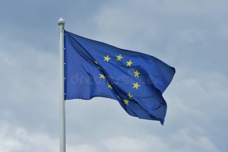 La bandera de la unión europea agita en el viento imagen de archivo