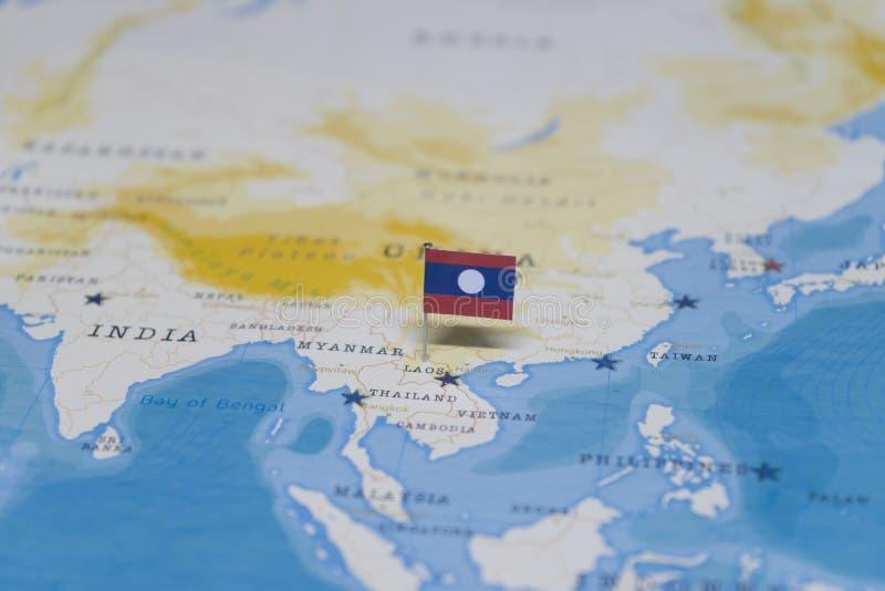 La bandera de Laos en el mapa del mundo imagen de archivo libre de regalías