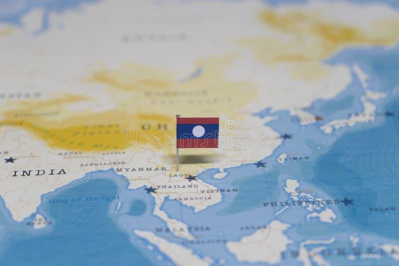 La bandera de Laos en el mapa del mundo fotos de archivo libres de regalías