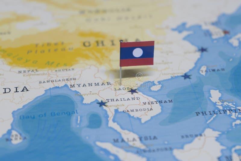 La bandera de Laos en el mapa del mundo imagen de archivo
