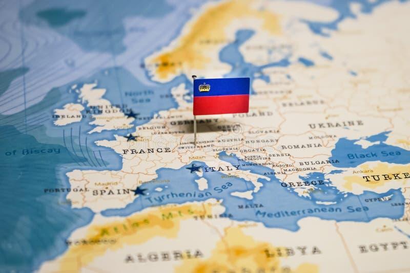 La bandera de Liechtenstein en el mapa del mundo fotografía de archivo libre de regalías