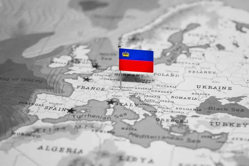 La bandera de Liechtenstein en el mapa del mundo fotos de archivo libres de regalías