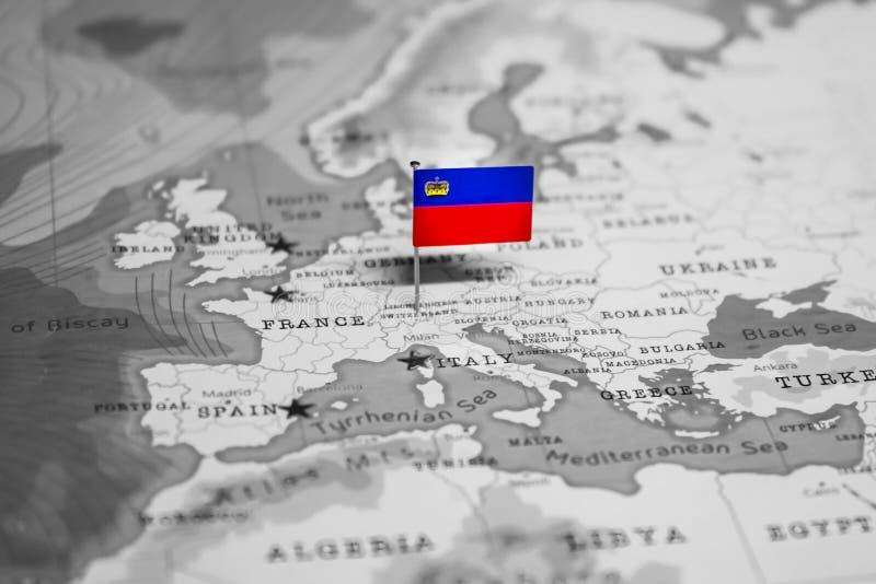 La bandera de Liechtenstein en el mapa del mundo imágenes de archivo libres de regalías