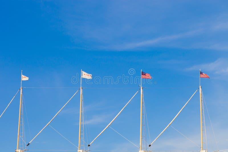La bandera de los Estados Unidos de América y la ciudad de Chicago señalan f por medio de una bandera fotos de archivo libres de regalías