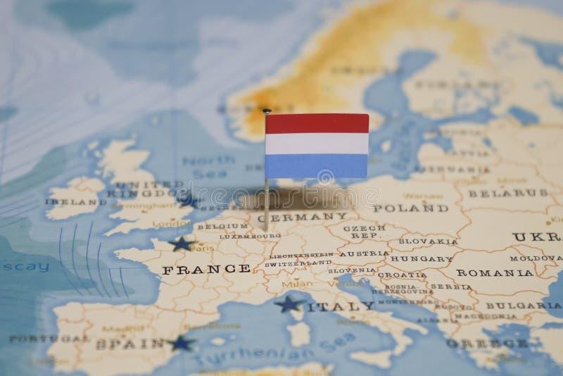 La bandera de Luxemburgo en el mapa del mundo fotografía de archivo