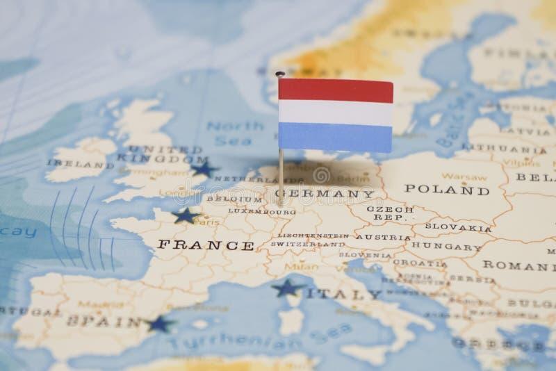 La bandera de Luxemburgo en el mapa del mundo imagen de archivo libre de regalías